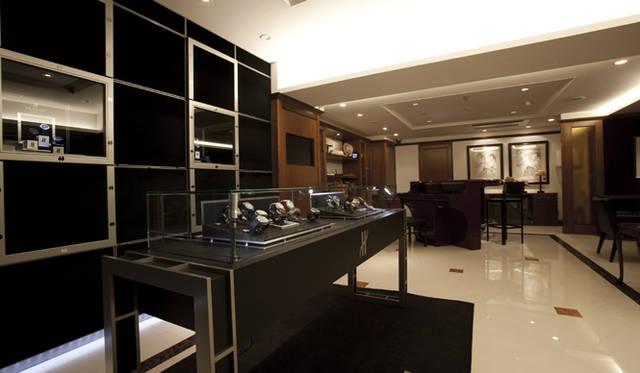 <b>THdoor<ティーエイチ・ドア>白金台</b> Tel. 03-6459-3986  東京都港区白金台5-5-2 www.thdoor.jp  完全予約制により、ゆったり時計選びが楽しめる配慮がされている。オープン1周年記念モデル「ビッグ・バン マスターマインド・ジャパン」(限定30本)は、2010年7月17日(土)より販売開始。