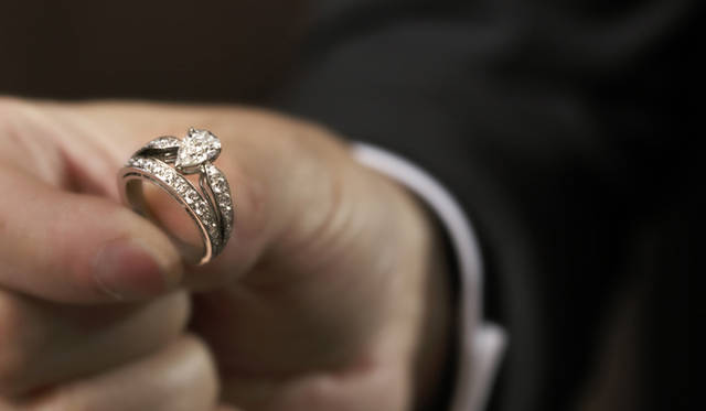 <b>Chaumet|ショーメ</b> 新作「ジョゼフィーヌ」のリングを手にとるリオネル ジロー氏。