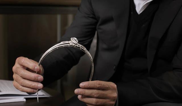 <b>Chaumet|ショーメ</b> ショーメの代表的なクリエイションであるティアラ。ショーメでは各コレクションの発表ごとにあたらしいヘッドジュエリーを製作している。 中央のドロップ型のダイヤモンドモチーフもリングのイメージへとつなげられた。
