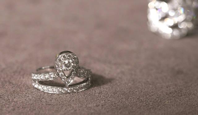 <b>Chaumet|ショーメ</b> 「ジョゼフィーヌ」から、リオネル ジロー氏渾身のリング。WG×ダイヤモンド 99万7500円。