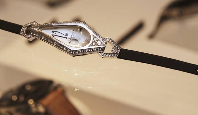 <b>Chaumet|ショーメ</b> 「ジョゼフィーヌ」のウォッチ。フィット感が出るように湾曲したサファイアガラスやベルト通しにもダイヤモンドをセッティングした、クラシカルで豪華な腕時計。472万5000円。