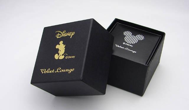 <b>Velvet Lounge|ヴェルヴェットラウンジ </b> 「STARDUST MICKEY RING」ウォルトディズニー×ヴェルヴェットラウンジのWネームによる特別パッケージ入り。 &copy;Disney