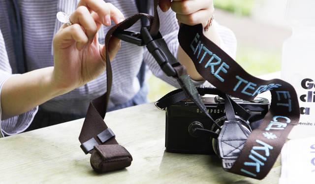 トレッキング特集|KIKIインタビュー オリジナルでつくったカメラのストラップは名前入り。