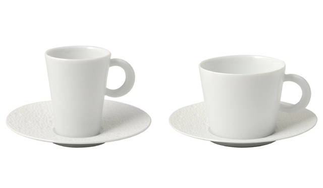 <strong> BERNARDAUD ベルナルド</strong> 「ECUME(エキュム)シリーズ」<br>左/コーヒーカップ&ソーサー(60ml)1万500円、右/ティーカップ&ソーサー(170ml)1万2600円<br />※記事作成時、2010年当時の価格