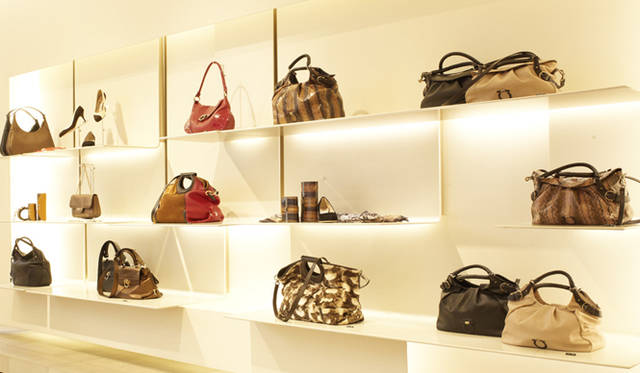 <strong>Salvatore Ferragamo|サルヴァトーレ フェラガモ</strong> サルヴァトーレ フェラガモ銀座本店のようす。バッグなどのアクセサリーラインナップも豊富。