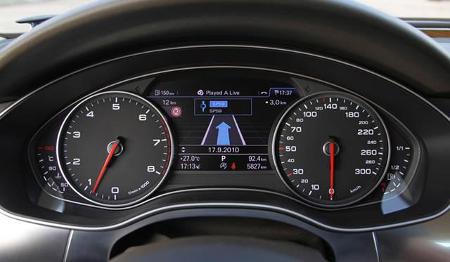 <strong>AUDI|アウディ A7 </strong><br>0km/hが6時の方向にむいたレーシーなイメージの速度計が採用されている