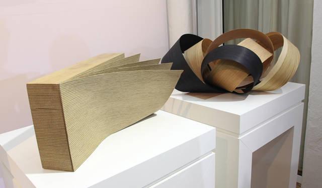 <strong>AUDI|アウディ A7 </strong><br>薄く削いだオーク材を多くの層にし、それを貼りあわせてつくられたベニアのデモストレーション。これは内装に使用される