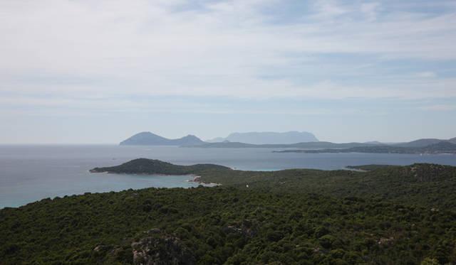 <strong>AUDI|アウディ A7 </strong><br>高い山はないがゆるかな丘陵つづくサルディニア島は四国と近い面積