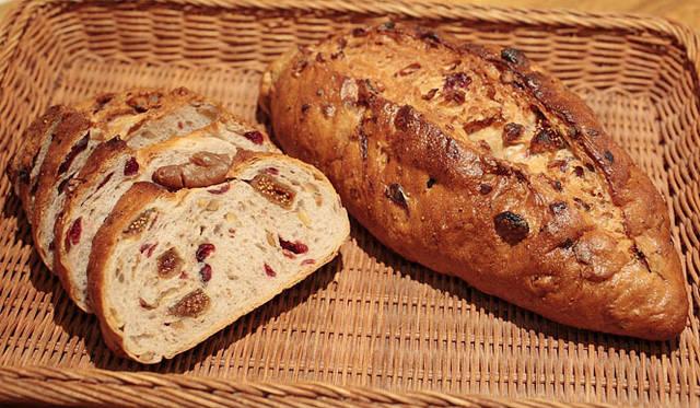 <strong>Loin montagne|ロワンモンターニュ</strong> 人気の「フィグ&クランベリー」。ドライフルーツのいちじく、クランベリーとクルミがたっぷりと入ったミネラルが豊富なパン。卵、牛乳、バター不使用。焼きあがり予定時間9:00 1本780円 1/2 390円