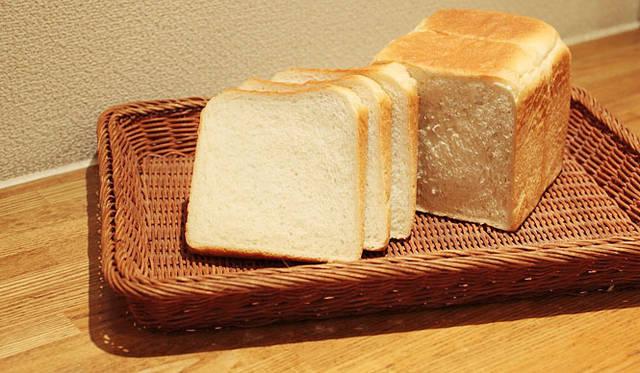 <strong>Loin montagne|ロワンモンターニュ</strong> 卵、乳製品、バターなど油脂分を使わずに焼きあげた「何も入らない食パン」。カロリー制限やアレルギーのある方も安心して食べられる。弾力もあり、見た目が普通の食パンとなにも変わらないのがお見事。焼きあがり予定時間14:00 1斤240円 1/2 120円