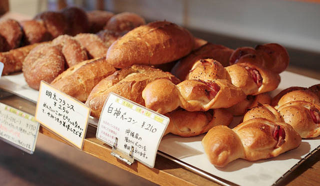 <strong>Loin montagne|ロワンモンターニュ</strong> パンの種類は120~130も。6人の職人さんが、チームワークよくつぎつぎとパンを焼きあげる。
