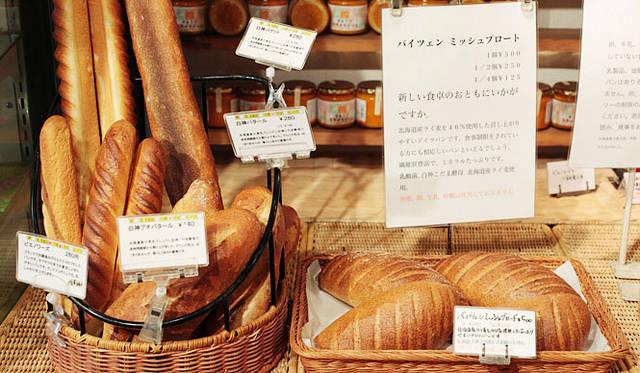 <strong>Loin montagne|ロワンモンターニュ</strong> バゲットなどのフランスパン、サワー種のドイツパンなど、種類も豊富。スタッフに尋ねれば、お薦めの食べ方も教えてくれる。