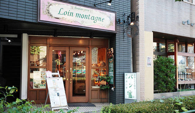 <strong>Loin montagne|ロワンモンターニュ</strong> フランスのタイル屋に注文した看板。本当は「強い赤色」で発注したが、できあがりはなぜかピンクだった(笑)というエピソードも。店名の「ロワンモンターニュ」はフランス語で「遠い山」。白神山地へのオマージュと、シェフの苗字に由来する。