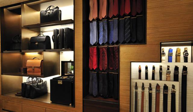 <strong>LOEWE|ロエベ</strong> ビジネスシーンに対応する、ネクタイやバッグ、カフリンクスなども並ぶ。