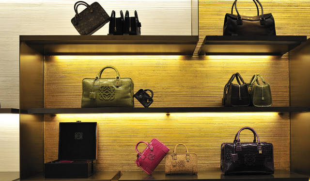 <strong>LOEWE|ロエベ</strong> エキゾチックレザーのバッグはオーダーで。クロコダイルやオストリッチなど、世界でも最高級のレザーでつくられたバッグが並ぶ。