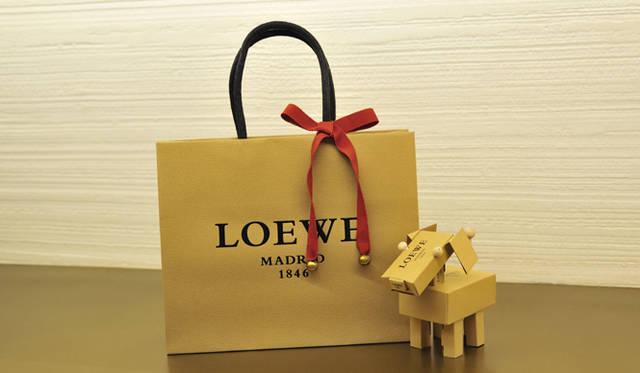 <strong>LOEWE|ロエベ</strong> イギリス人アーティスト、ゲイリー・カードと組んでつくられた、キュートな犬をモチーフにしたスペシャルギフト。10万円(税抜き)以上購入した方に、限定数・先着順にてプレゼント!