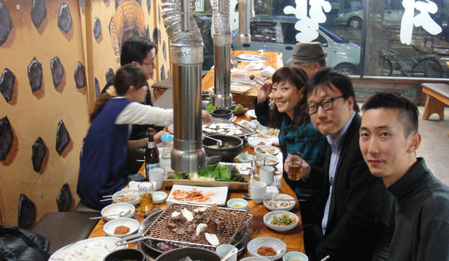 <strong>戸田恵子|社員旅行 in ソウル!</strong> 本場韓国の焼き肉とマッコリにありついてご満悦の一行。マシッソヨ!