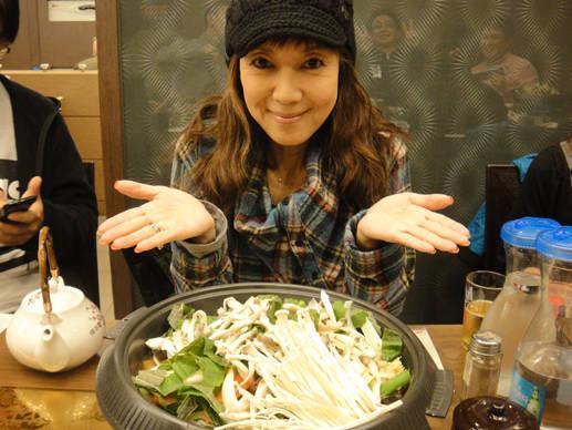<strong>戸田恵子|社員旅行 in ソウル!</strong> 2日めの夕飯はプルコギ。これまたマシッソヨ! 生マッコリとともに堪能させていただきました。