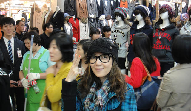 <strong>戸田恵子|社員旅行 in ソウル!</strong> 深夜でもひとがごった返す東大門。エネルギッシュな街です。