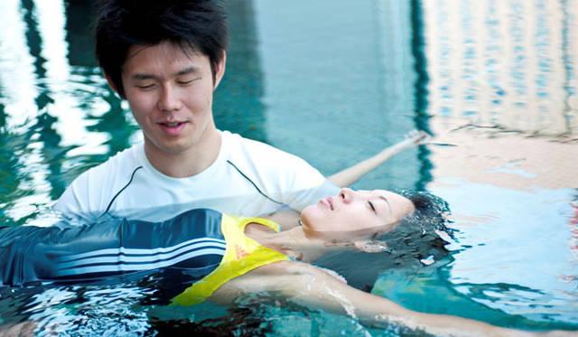 """<strong>コンラッド東京 ランニングプラン """"Conrad Stay, Run & Eat supported by adidas""""</strong><br>このリカバリープランは、プールの中で身体を水面に浮かせ、全身の筋肉のリラックス感を体験できる「水中リラクゼーション」。"""