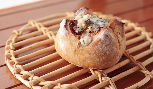 <strong>Boulangerie Copain|ブーランジェリー コパン</strong> 天然酵母のカンパーニュ生地に、白いちじくとゴルゴンゾーラチーズを入れ、はちみつを塗って焼きあげる「いちじくとゴルゴンゾーラ」。焼きたてはなんともいえず食欲をそそる香り。1個210円