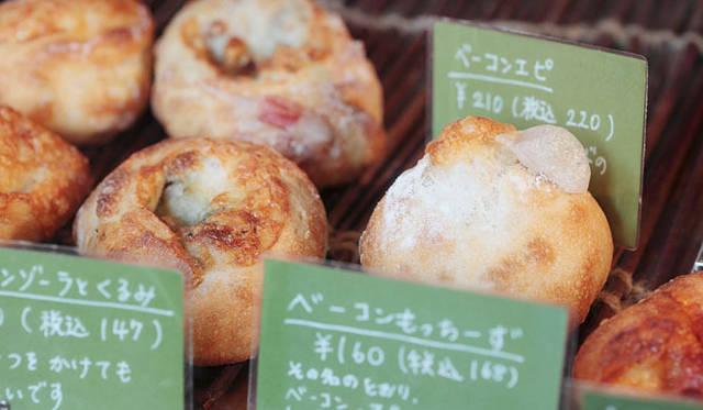 <strong>Boulangerie Copain|ブーランジェリー コパン</strong> 数あるメニューのなかには、組み合わせが意外な「ベーコンもっちーず」など、変わり種のパンも。
