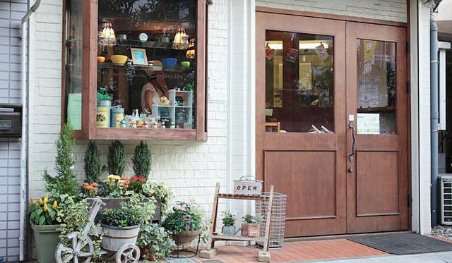 <strong>Boulangerie Copain|ブーランジェリー コパン</strong> フランス語で「仲間」を意味する店名の「Copain(コパン)」。よく手入れされた季節の花が出迎えてくれる。