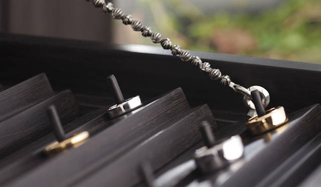 <strong>CHROME HEARTS|クロムハーツ</strong> 「フラット」 3.5mm(ゴールド22K)14万5950円、(ホワイトゴールド18K)13万2300円、(プラチナ)21万2100円、「フラット」 6mm(ゴールド22K)27万1950円、(ホワイトゴールド18K)24万3600円、(プラチナ)39万4800円、「フラット」 8mm(ゴールド22K)36万8550円、(ホワイトゴールド18K)33万2850円、(プラチナ)53万6550円、「フラット」 10mm(ゴールド22K)49万4550円、(ホワイトゴールド18K)44万5200円、(プラチナ)71万8200円