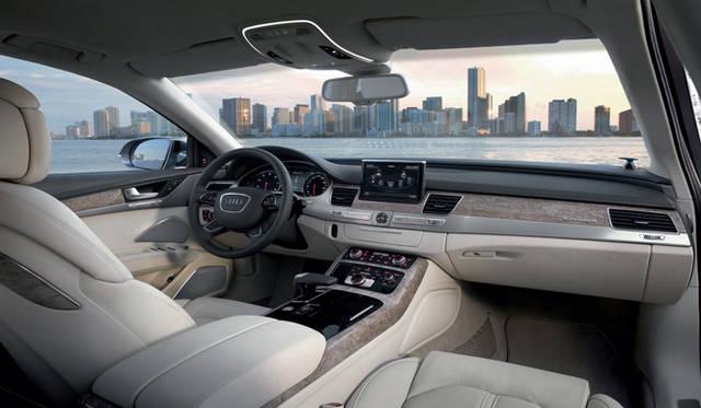 <strong>Audi A8|アウディ A8</strong> 「妥協を許さないつくり」とアウディがいう内装は、高級感あふれる広々とした空間をつくり出している。