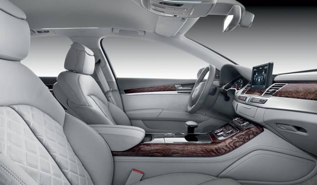 <strong>Audi A8|アウディ A8</strong> DVDプレイヤー、ノートPC用充電ソケットなどが備えつけられているリアシート。