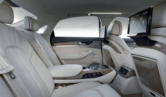 <strong>Audi A8|アウディ A8</strong> 10.2インチのLCDモニター、フルセグデジタルTVを完備。