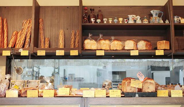 <strong>PANADERIA TIGRE|パナデリア ティグレ</strong> 平日でも80種類、週末には100種類ほどのパンがならぶ店内。週末・祝日限定のパンもあるので、お店のホームページをチェックしてから出かけよう。