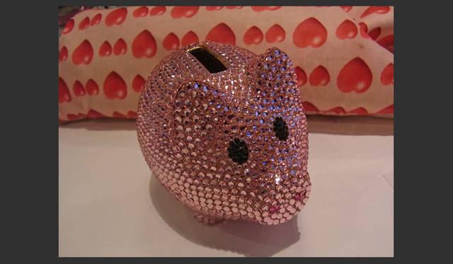 <strong>SAKURA|第8回 ハッピーピンクアイテムいろいろ♪</strong> キラキラストーンの豚ちゃんの貯金箱と出会いました。かわいいでしょ? これは「アビステ」のもの。