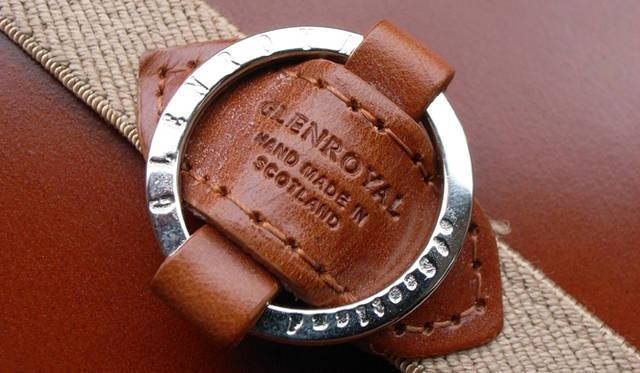 <strong>GLENROYAL│グレンロイヤル</strong> 別売りのリングダイアリーバンドをつけることでペンが動くこともなく、また手帳がバッグの中で開いてしまうのも防ぐことができる。