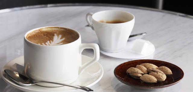 <strong>SUPER A MARKET|スーパー エー マーケット</strong> お茶やランチはもちろん、夜にはディナーも楽しめる。