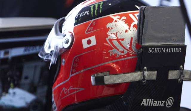 <strong>Mercedes GP|メルセデス・ベンツ GP</strong> ミハエル・シューマッハ着用のヘルメットには日本国旗のステッカーが貼られていた。