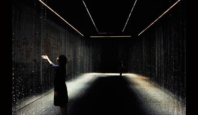 <strong>東芝|TOSHIBA</strong> space03 INSIDE|無数の光の粒が舞う、幻想的な空間。幾重もの水のカーテンが、無数のLEDの光によってさまざまな表情に変化する。
