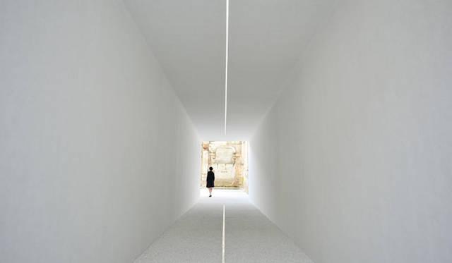 <strong>東芝|TOSHIBA</strong> space01 ENTRANCE|インスタレーションの導入部となる真っ白のトンネル。天井に伸びる一筋の光が、床面の水路にもう一筋の光となり映り込む。