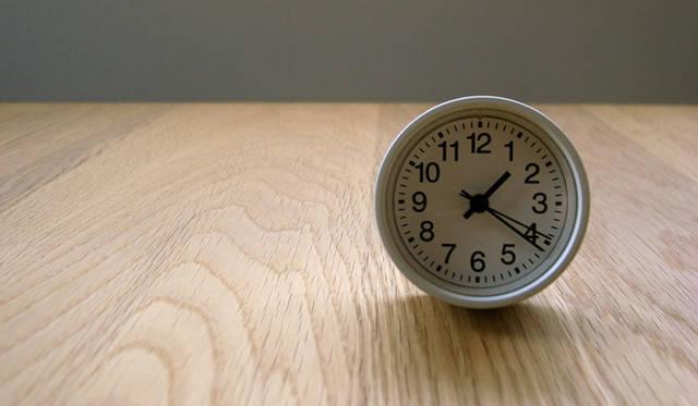<strong>生方ななえ|「香るジャンル」</strong> コロンっとしたデザインがかわいい無印良品の『公園の時計』。