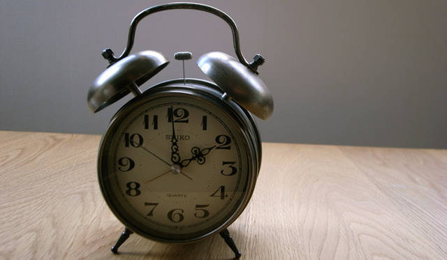 <strong>生方ななえ|「香るジャンル」</strong> 小学生のころにはじめて買ってもらった目覚まし時計。いまも愛用中。