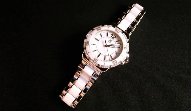 <strong>生方ななえ|「香るジャンル」</strong> 最近のお気に入り、タグ・ホイヤーの腕時計。