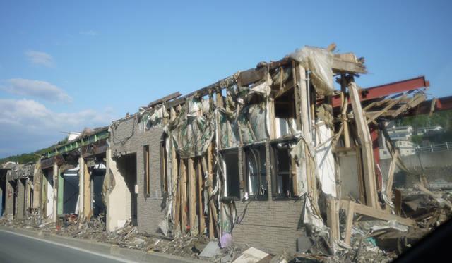 <strong>松浦俊夫|from TOKYO MOON 7月3日 ON AIR</strong> 宮城県・女川へ向かう道路沿いの家屋。津波によって家財道具すべてが流されている。