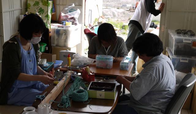 <strong>松浦俊夫|from TOKYO MOON 7月3日 ON AIR</strong> 「浜のミサンガ」を作る女性たち。皆それぞれ大切なものを失った。