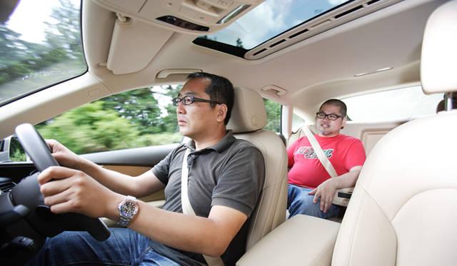 <strong>3台のラグジュアリークーペを用いた公開テストドライブを開催</strong> ドライバーを務めていただいた渡辺敏史氏。読者の方がたは、渡辺氏の一気乗りに同乗し、各モデルがもつ性能をたしかめた。