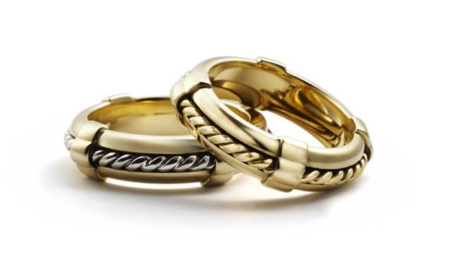 <strong>Asprey アスプレイ</strong> 浮き輪をモチーフとしたゴールドリング。ロープを模した中央のリングがくるくると回転するユニークな仕組み。「ライフ リング」左/[YG×WGロープ]、右/[YG]  29万円(サイズ50~56)、32万円(サイズ58~62)(ともにアスプレイ/アスプレイ ジャパン)