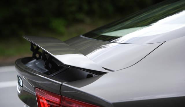 <strong>Audi A7 Sportback|アウディ A7 スポーツバック</strong> リアゲートに収納されているリアスポイラーは、高速巡航時に自動的にせりあがり、走行の安定性を高めてくれる。