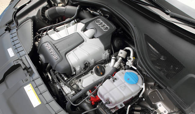 <strong>Audi A7 Sportback|アウディ A7 スポーツバック</strong> 3.0リッターV型6気筒TFSIエンジンを搭載。最大0.8バールで過給をおこなうスーパーチャージャーとの組み合わせによって、最高出力220kW(300ps)、最大トルク440Nmを発生。しかも、2,900-4,500rpmという回転域で90パーセントのトルクを出力するパフォーマンスをもつ。