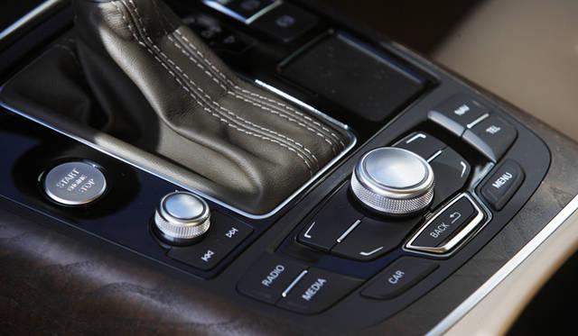 <strong>Audi A7 Sportback|アウディ A7 スポーツバック</strong> テレビ、DVD再生、ハンズフリーフォン、音楽など、ドライビング中であっても簡単に操作できるMMI(マルチメディアインターフェース)。