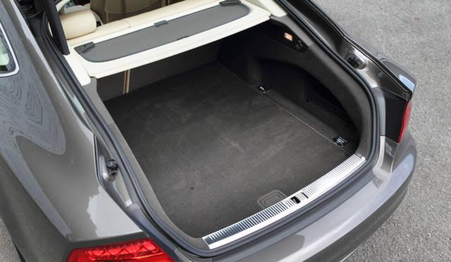 <strong>Audi A7 Sportback|アウディ A7 スポーツバック</strong> 通常の535リットルからリアシートを倒すことで、最大1,390リットルまで拡大できるラゲッジルーム。