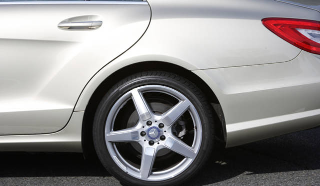 <strong>Mercedes-Benz CLS 350 BlueEFFICIENCY| メルセデス・ベンツ CLS 350 ブルーエフィシエンシー</strong> AMGスポーツパッケージにふくまれる19インチ AMG 5スポークアルミホイールを装備。